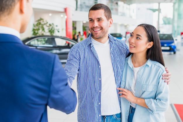 Dealer samochodów rozmawia z klientami