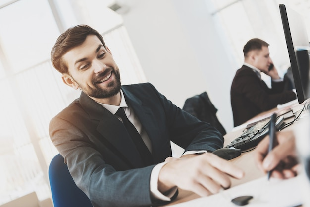 Dealer samochodowy w punktach formalnego zużycia do zawarcia umowy.
