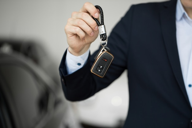Dealer samochodowy z kluczem z bliska