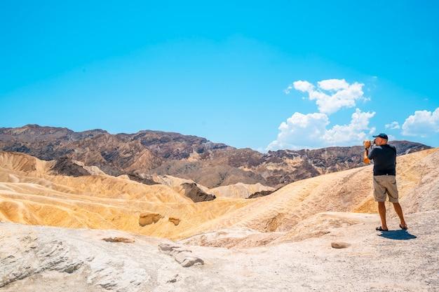 Death valley, kalifornia stany zjednoczone. fotograf fotografujący w pięknym zabriskre point