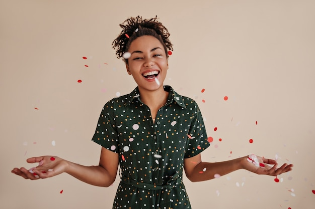 Debonair kobieta pozuje pod konfetti