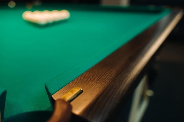 Dębowa ozdobna noga stołu bilardowego wygląda drogo.