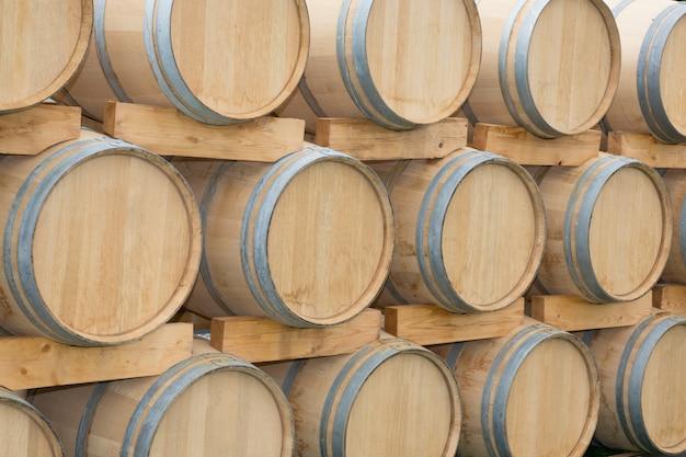 Dębowe beczki ustawione w piwnicy winiarni bordeaux