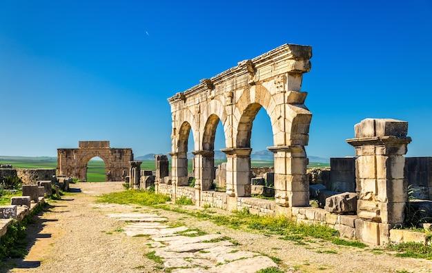 Decumanus maximus, główna ulica volubilis, światowego dziedzictwa kulturowego maroka