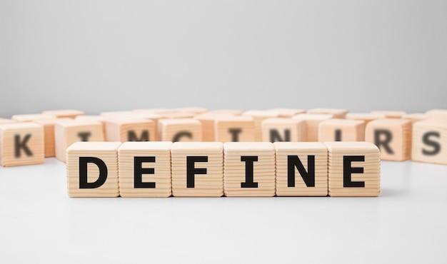 Define słowo napisane na drewnianym bloku