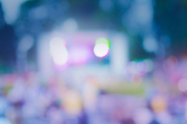 Defocused koncert na żywo na świeżym powietrzu w parku miejskim