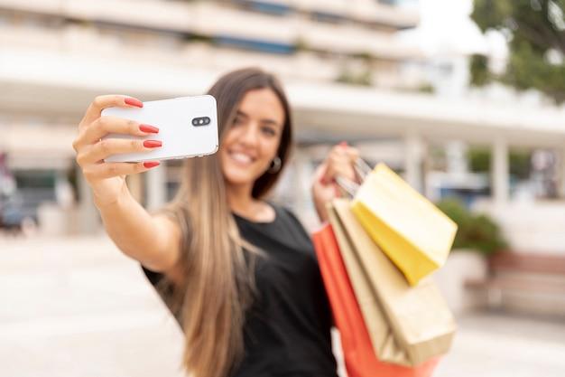 Defocused szczęśliwa dziewczyna bierze selfie