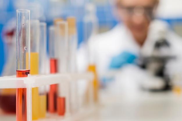 Defocused żeńska naukowiec w laboratorium
