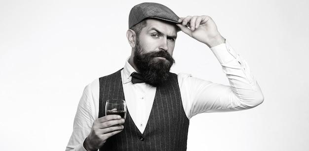 Degustacja, degustacja. mężczyzna z brodą trzyma kieliszek brandy.