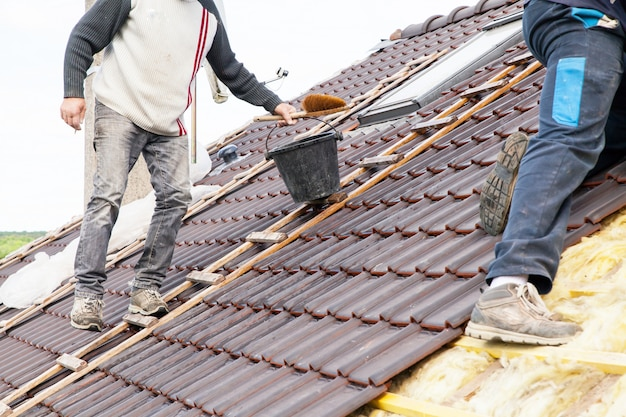 Dekarz układanie płytek na dachu