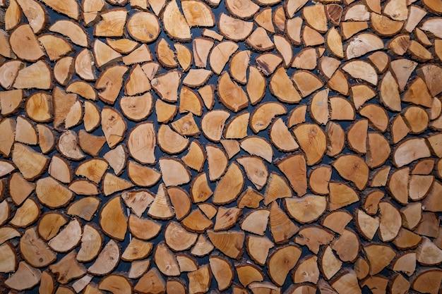 Dekor ścienny wykonany z kawałków drewna. struktura drewna z bali
