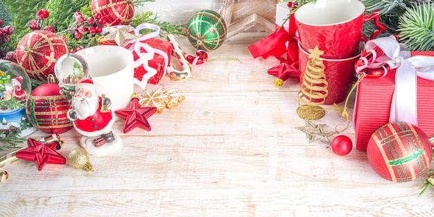Dekor z bombkami, pudełeczkami na prezenty świąteczne i filiżanką gorącej czekolady