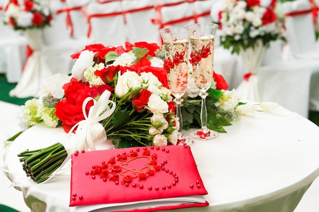Dekoracja ceremonii ślubnej, piękny świeży łuk ślubny