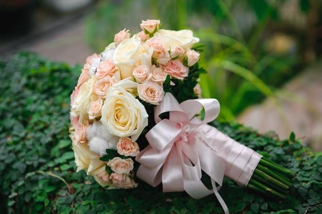 Dekoracja ceremonii ślubnej, piękny wystrój ślubu, kwiaty