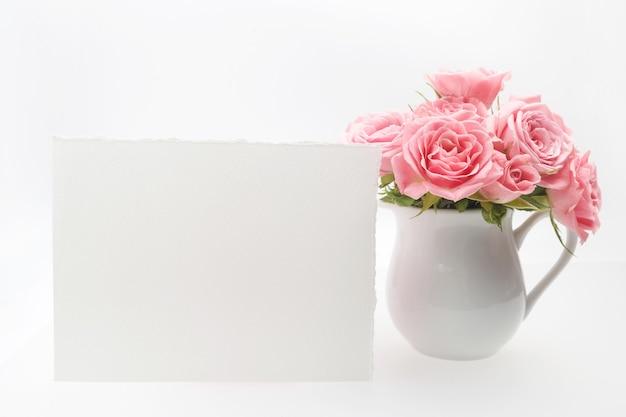 Dekoracja domu, pusta karta i filiżanka z różami na białym tle