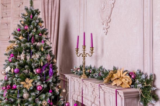 Dekoracja domu z oświetlonym wystrojem choinki