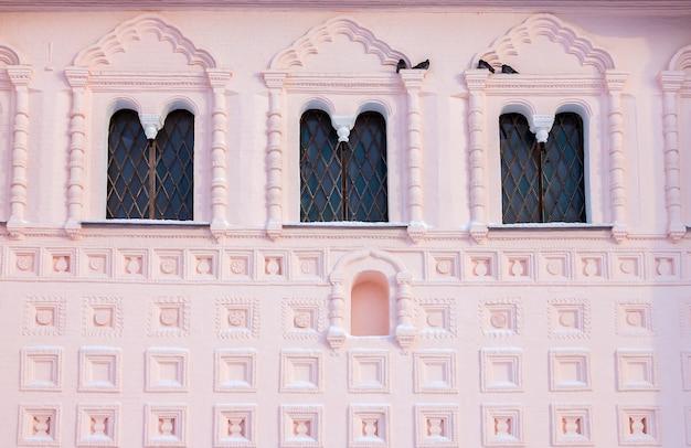 Dekoracja elewacji kościoła św. jana ewangelisty w rostowie wielkim (rosja).