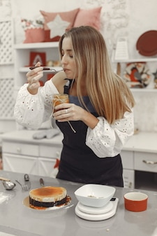 Dekoracja gotowego deseru. koncepcja ciasta domowej roboty, gotowanie ciast.