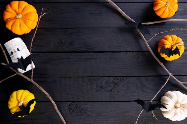 Dekoracja halloween z dyniami i nietoperzami