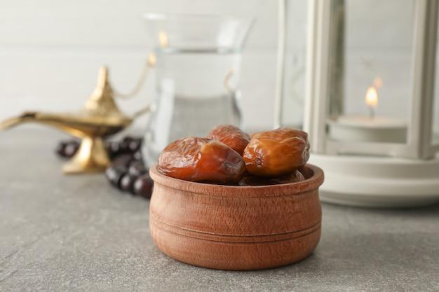 Dekoracja i jedzenie na popielatym stole przeciw drewnianemu tłu