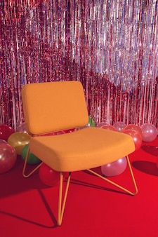 Dekoracja imprezowa z krzesłem i balonami