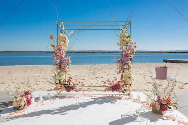 Dekoracja imprezy. chuppa ślubna w riverside ozdobiona świeżymi kwiatami