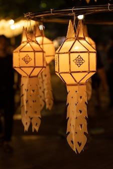 Dekoracja lampionu papierowego na noc loy kratong