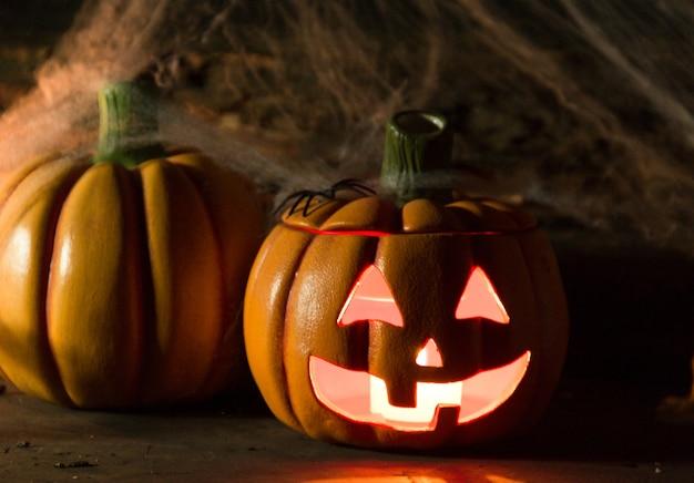 Dekoracja na halloween z dyniami, pająkami, świecami na rustykalnym drewnie