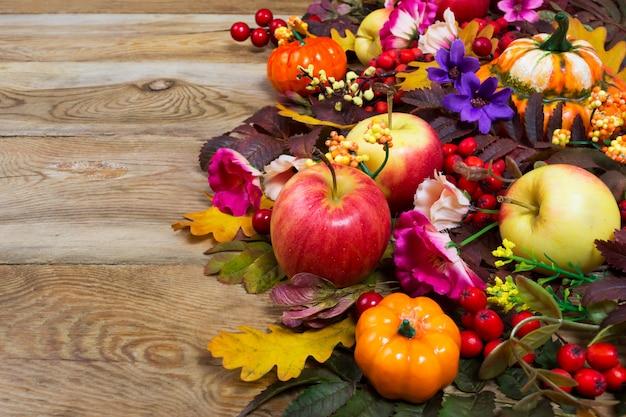 Dekoracja na święto dziękczynienia z żółtymi, różowymi i fioletowymi kwiatami,