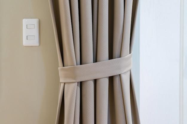 Dekoracja okna zasłony ślepej we wnętrzu sypialni