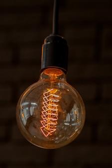 Dekoracja oświetlenia przy pomocy starych żarówek - eklektyczne wnętrze