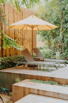 Dekoracja parasola i łóżka basenowego wokół basenu w ośrodku hotelowym