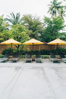 Dekoracja parasola i łóżka basenowego wokół basenu w ośrodku hotelowym?