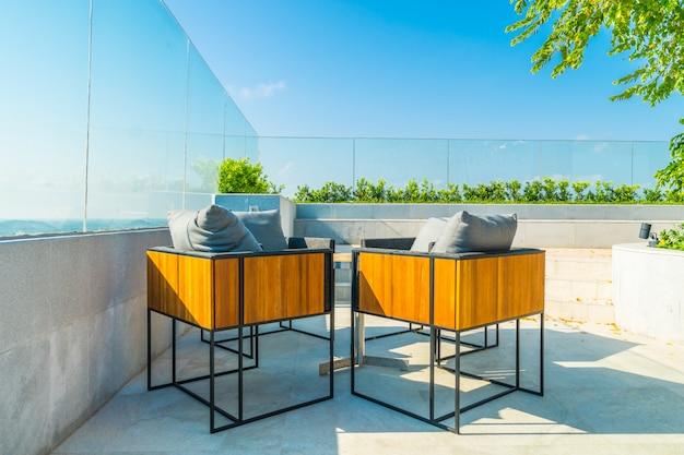 Dekoracja patio na świeżym powietrzu z char i tabeli