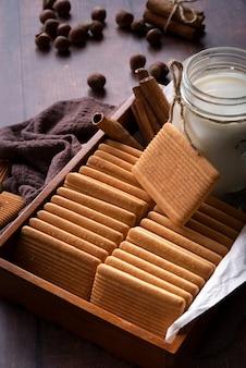 Dekoracja pod dużym kątem z herbatnikami i słoikiem na mleko