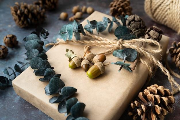 Dekoracja pod dużym kątem z prezentami i żołędziami