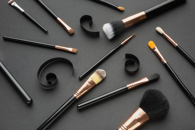 Dekoracja pod dużym kątem za pomocą pędzli do makijażu