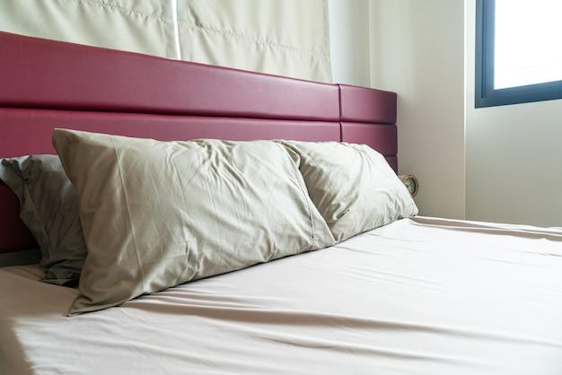 Dekoracja poduszki na łóżko w sypialni