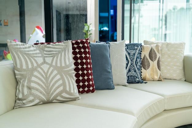 Dekoracja poduszki na sofę w salonie