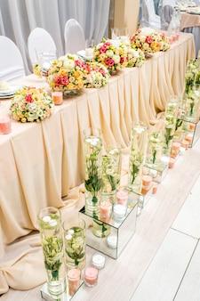 Dekoracja restauracji na przyjęciu weselnym