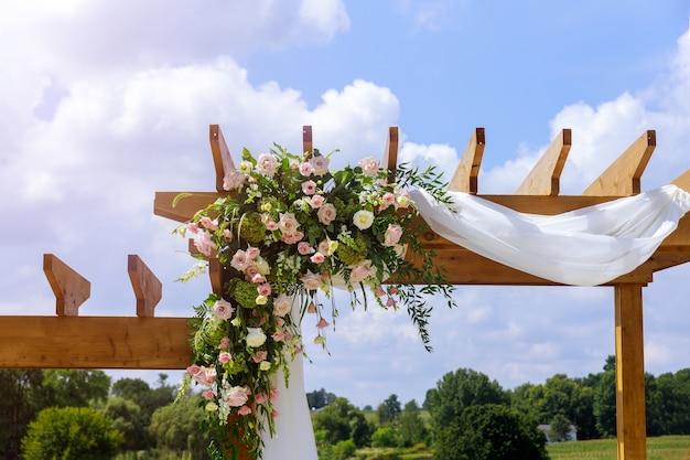 Dekoracja ślubna. aranżacja świeżych kwiatów natury na zewnątrz.