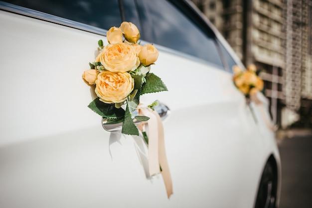 Dekoracja ślubna na rączce samochodu