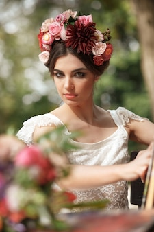 Dekoracja ślubna w stylu boho, kompozycja kwiatowa, zdobiony stół w ogrodzie.