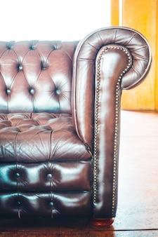 Dekoracja sofy we wnętrzu salonu