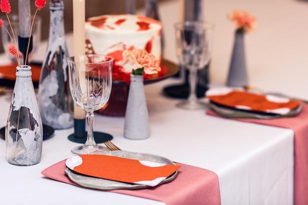 Dekoracja stołu bankietowego wewnątrz restauracji.