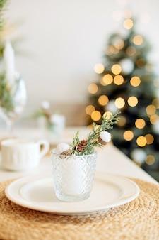 Dekoracja stołu świąteczna kolacja rodzinna dom wakacyjny minimalizm