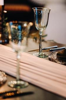 Dekoracja stołu weselnego na stole w zamku