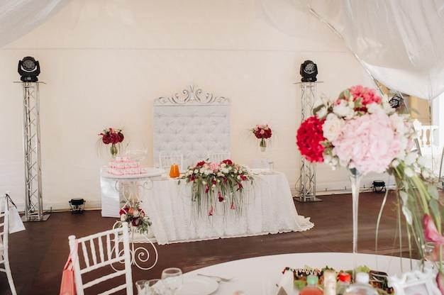 Dekoracja stołu weselnego w kwiaty na stole w zamku, dekoracja stołu na obiad przy świecach kolacja przy świecach.