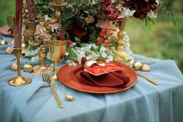 Dekoracja stołu weselnego. widok z góry.