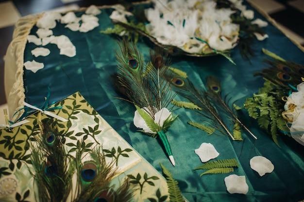 Dekoracja stołu weselnego z kwiatami na stole w stylu zielonym, wystrój stołu obiadowego